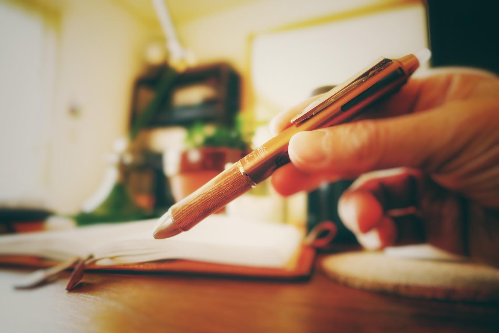 愛用の三色ボールペン(もらいもの)